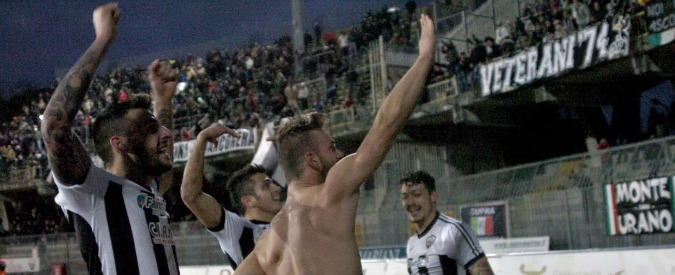 """Ascoli, saluto romano sotto la curva dopo ogni gol. Anpi: """"Oltraggio alla città"""""""