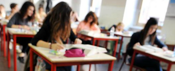 Torino, si fanno un selfie con la compagna di classe durante una crisi epilettica. Tre liceali sospese