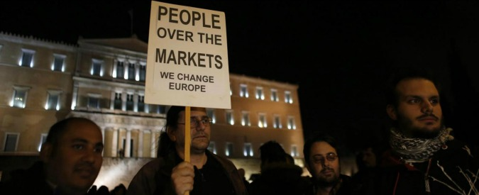 Grecia senza soldi, svuota aziende pubbliche e fondi pensione per pagare salari