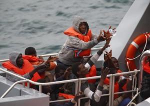 Sbarchi, gommone alla deriva a Malta: 80 migranti salvati