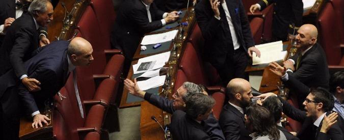 Riforma Senato, ok a seduta fiume. M5S protesta, rissa Lega-Ncd. Seduta sospesa