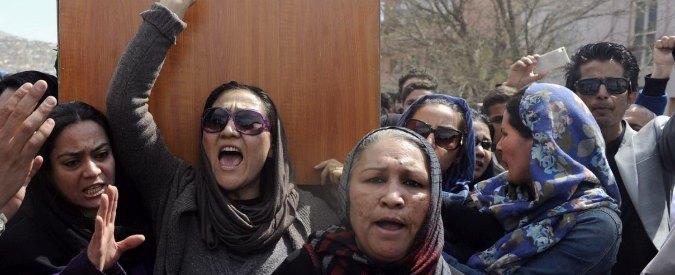 Kabul, donne portano feretro di 27enne uccisa: 'Oltraggio a Corano, non c'è prova'