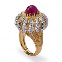 Gianmaria Buccellati 1972 – Anello a turbante in oro colori diversi con rubino cabochon e brillanti
