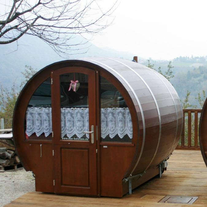 Dormire in una botte l 39 idea per far 39 fermentare 39 l 39 amore for Botte di legno arredamento