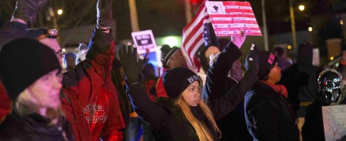 Ferguson, spari durante la manifestazione per Michael Brown: colpiti due poliziotti