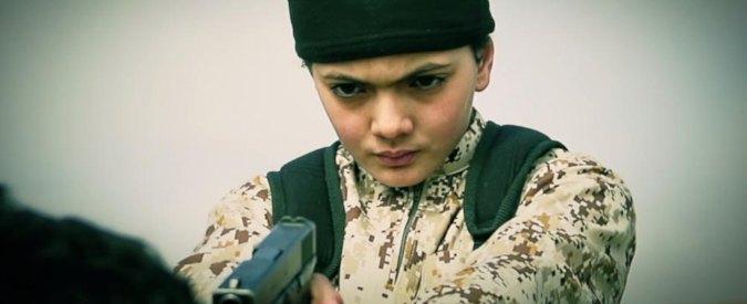 Isis, Stato Islamico pubblica nuovo video: bambino uccide presunta spia del Mossad