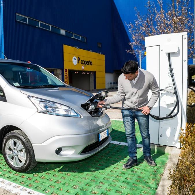 Nissan, una colonnina di ricarica rapida CHAdeMO all'Ikea di Padova