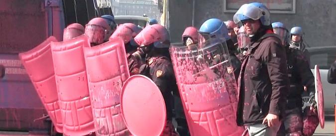 Scuola, studenti in corteo in tutta Italia. Vernice contro la polizia a Milano