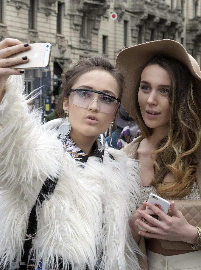 """Selfie, fenomenologia dell'autoscatto. I trend più di successo? 'Hand-selfies"""" e """"Belfies"""""""