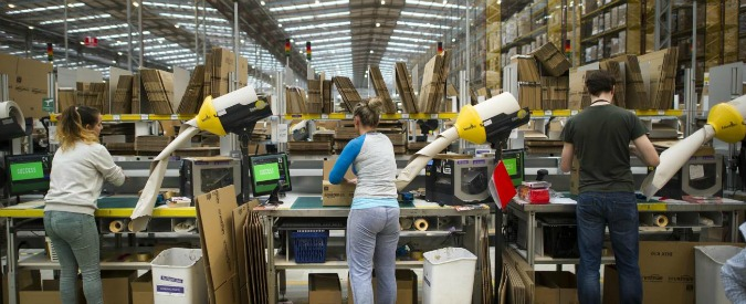 """Amazon brevetta bracciali per monitorare performance dei dipendenti. Scoppia polemica, Gentiloni: """"Sfida è qualità"""""""