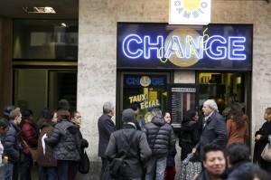 Svizzera,la banca centrale rimuove floor su Franco, code ai cambi