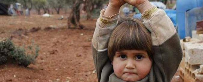 Siria, foto simbolo: davanti all'obiettivo bimba si arrende. 'Credeva fosse un'arma'