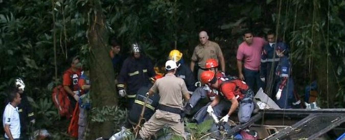 Brasile, autobus finisce in una scarpata a Santa Catarina: 49 morti e decine di feriti
