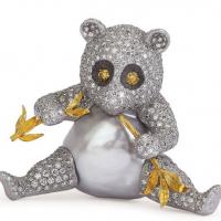 Gianmaria Buccellati, 2001. Spilla Panda con corpo formato da grande perla barocca