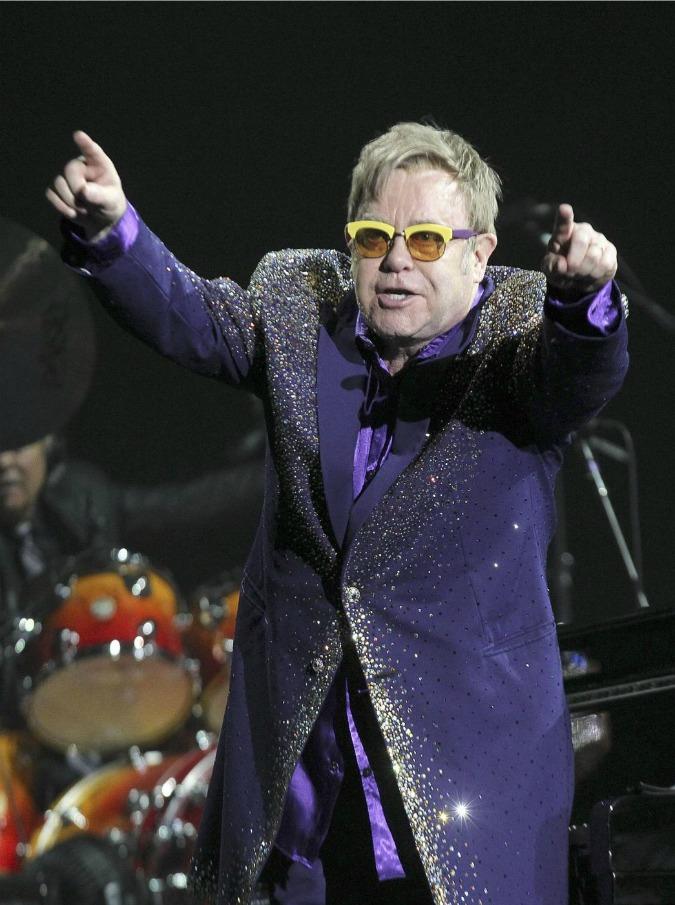 """Dolce e Gabbana, Elton John attacca su fecondazione: """"Pensiero arcaico. Vi boicotto"""""""