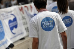 Walk around a Piazza Montecitorio per l'eutanasia con Mina Welby