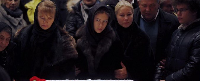"""Nemtsov, folla ai funerali a Mosca. Navalny: """"Lo ha fatto uccidere Putin"""""""