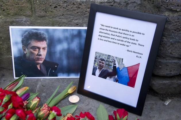 Londra, fiori per Boris Nemtsov ad ambasciata russa: presente vedova Litvinenko