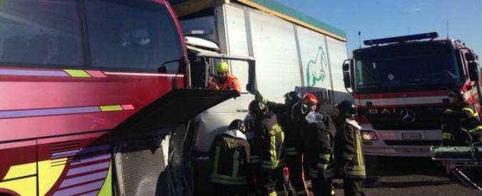 Incidente sull'A4, scontro tra camion e pullman di studenti. 50 persone coinvolte