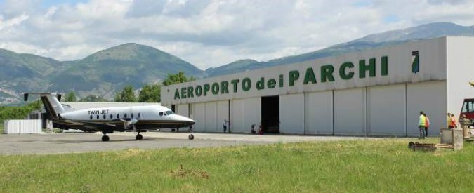 """L'Aquila, chiude l'aeroporto: """"Pochi voli commerciali"""" e milioni di euro in fumo"""