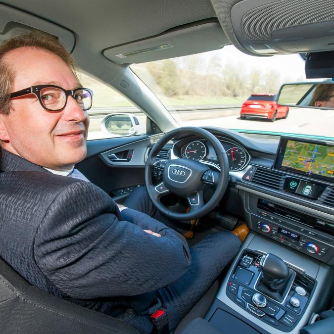 """Audi """"self driving"""", il ministro dei Trasporti tedesco guida senza mani"""