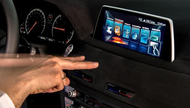 BMW iDrive comandi gestuali