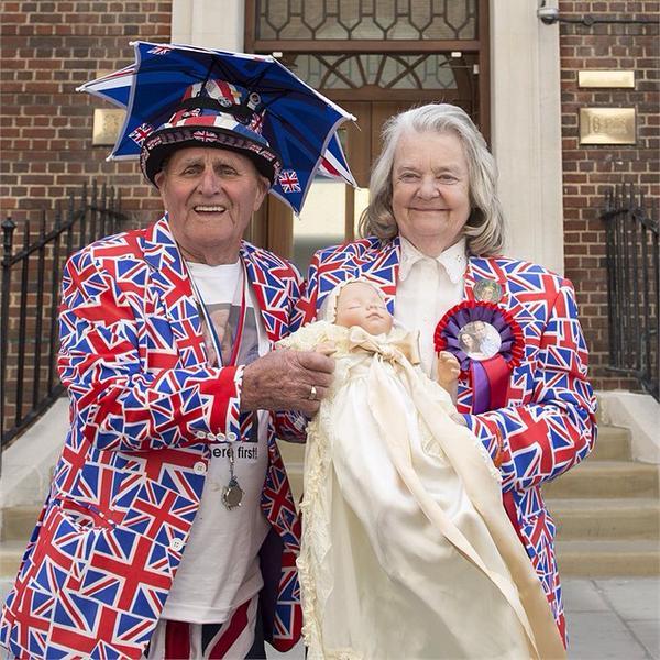 Coppia inglese col proprio neonato attendono l'annuncio di Kate