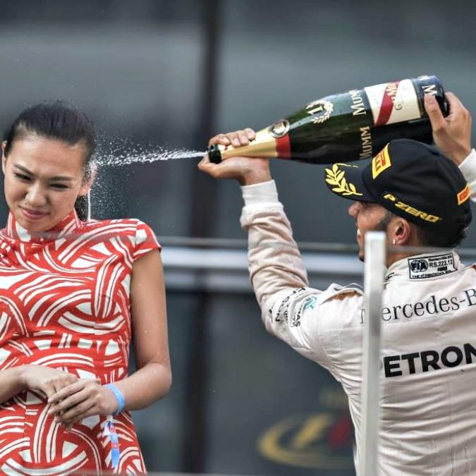 """F1, Hamilton spruzza lo champagne sulla hostess. """"Gesto sessista, chieda scusa"""""""