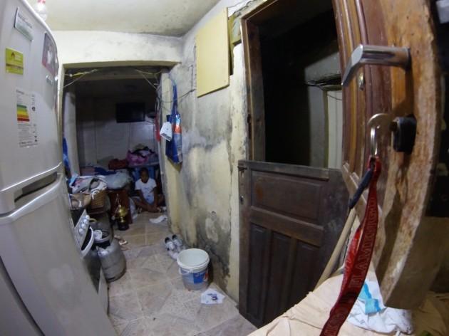 Pedro pratica meditazione nella sua casa sottoterra