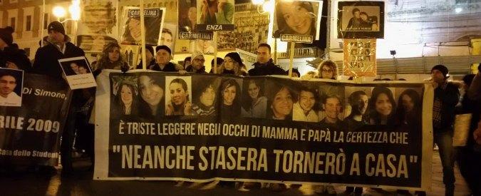 """Terremoto dell'Aquila, in 10mila in piazza: """"La ricostruzione ancora non c'è"""""""