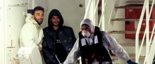 Naufragio migranti, i due scafisti sorridono nascosti tra i sopravvissuti – Fotogallery