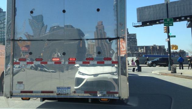 Toyota Mirai specchiata