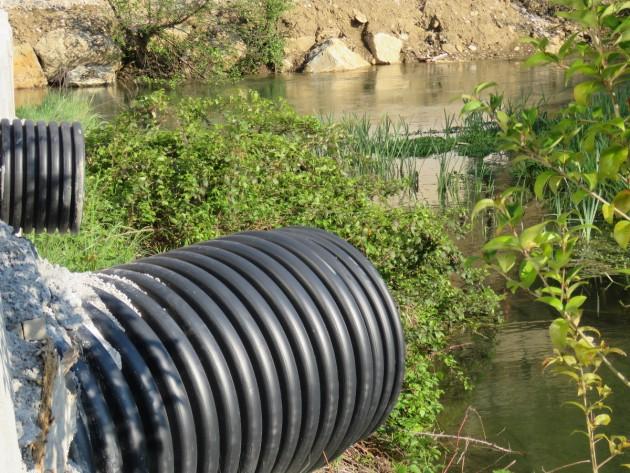 La zona dei prati umidi è sito d'interesse comunitario (Sic) ed è già stata inquinata dalle acque di scolo del cantiere