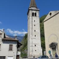 Il campanile accanto al fiume Meschio
