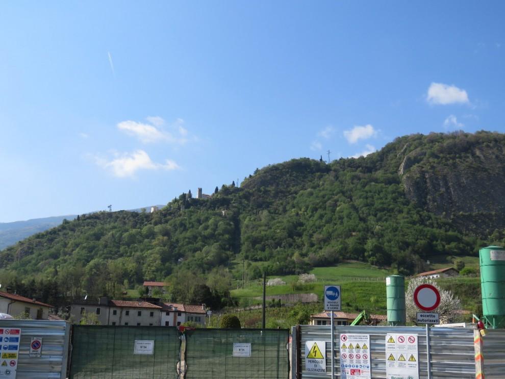 Qui si scava il tunnel da 1,5 km che passerà sotto le case per poi entrare nella montagna e sbucare nella parte nord della città