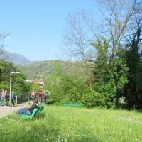 La tangenziale attraverserà il parco pubblico che si snoda lungo il fiume Meschio e la pista ciclabile. Il ponte sul fiume sostituirà il ponticello che stanno attraversando le persone nella foto