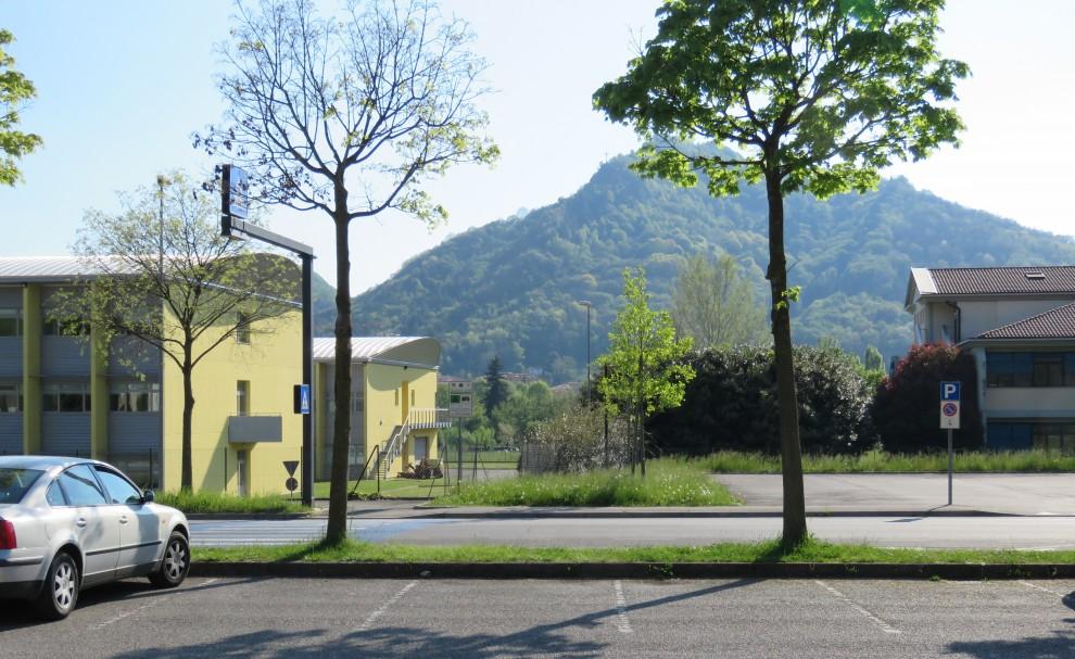 A sinistra l'istituto alberghiero, a destra il liceo: la tangenziale passerà in mezzo