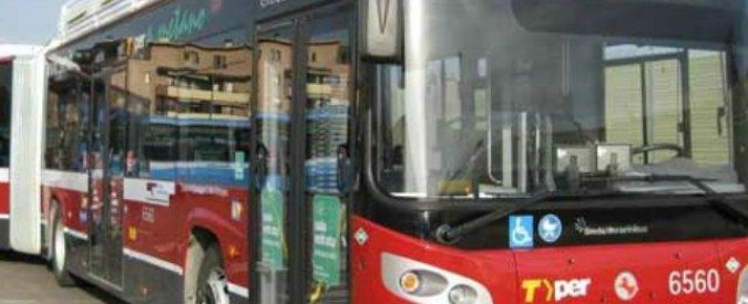 """Bologna, ragazza italo-marocchina denuncia: """"Presa a calci da autista bus"""""""