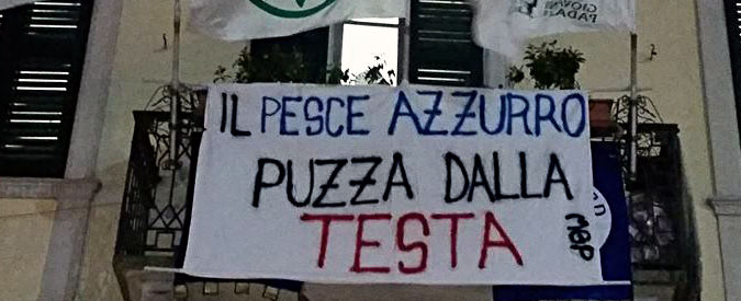 """Lega, base protesta per l'accordo con Fi: """"Pesce azzurro puzza dalla testa"""""""