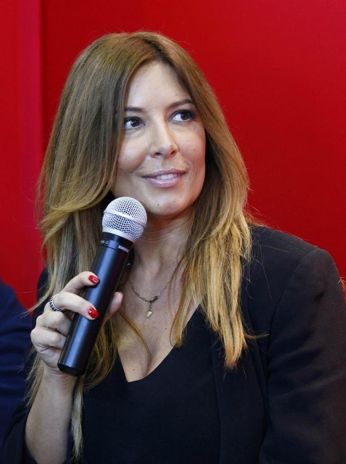 """Selvaggia Lucarelli, il candidato leghista la insulta: """"Zitta puttana"""". Lei lo svergogna in diretta (VIDEO)"""