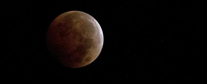 """Eclissi di Luna rossa, dopo il Sole tocca al nostro satellite """"sparire"""" nel cielo"""