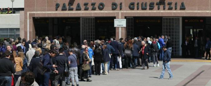 Tribunale di Napoli: troppa coda, avvocati sfondano ingresso. Quattro agenti feriti