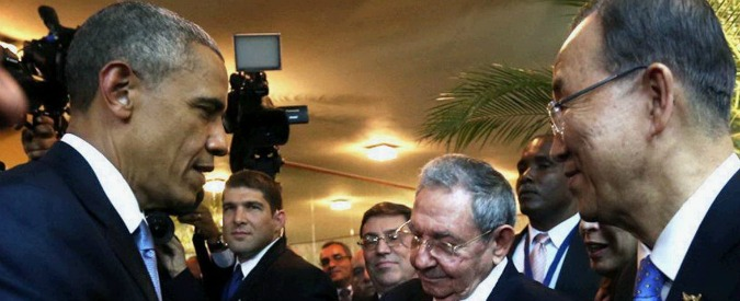 """Usa-Cuba, stretta di mano tra Obama e Castro: """"Vicini a cambiamenti dell'Avana"""""""