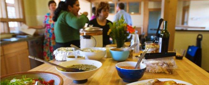 """Cohousing, stessa """"casa"""" per giovani e anziani: condividere è intergenerazionale"""