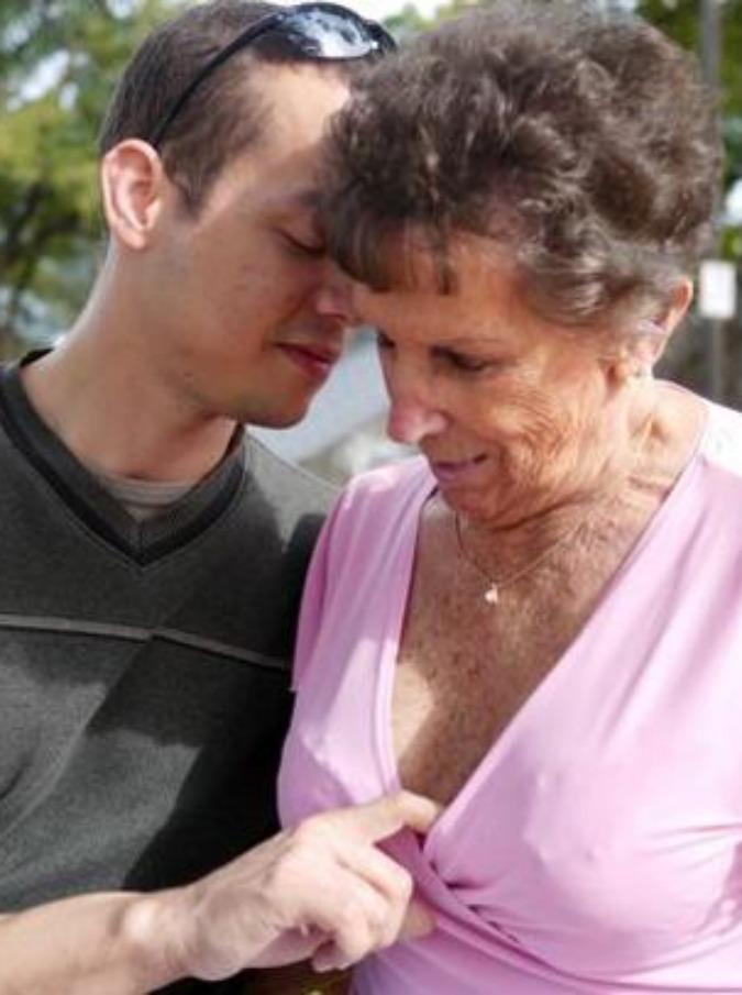 пожилые полные женщины и молодые ребята - 10