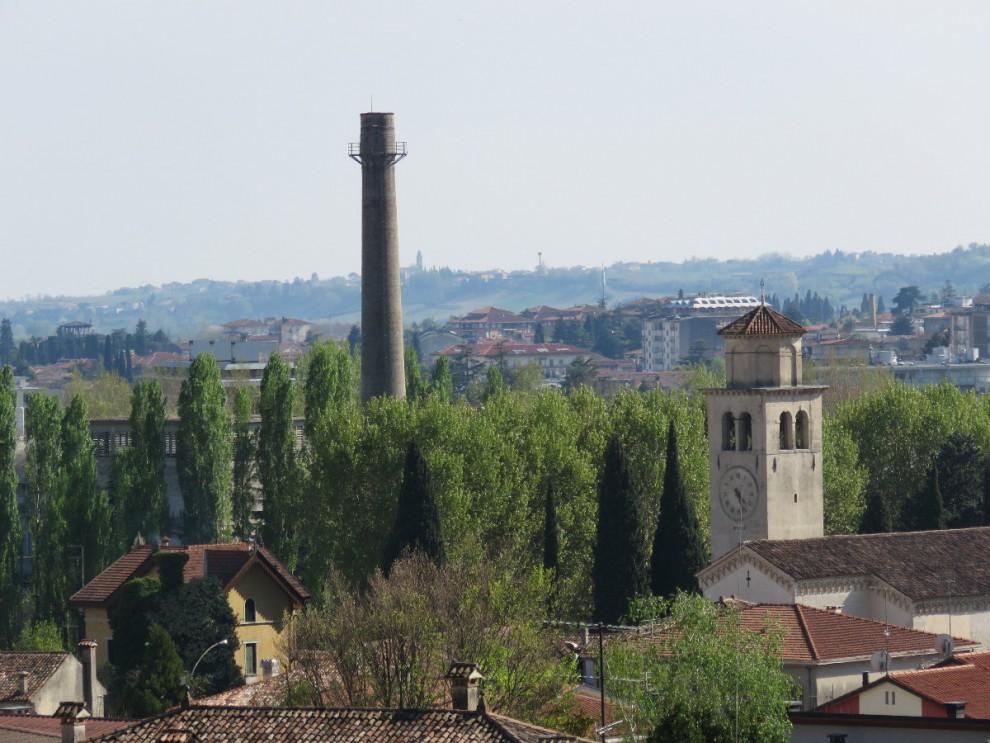 Il sito dismesso dell'Italcementi, a ridosso del centro. L'area verrebbe valorizzata dalla costruzione della tangenziale