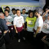 I parlamentari del Movimento 5 Stelle si improvvisano per un giorno pizzaioli e camerieri nei locali sul lungomare di Napoli Sorbillo e Rossopomodoro