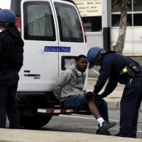 Arresti di alcuni manifestanti in Reisterstown Road, Baltimore