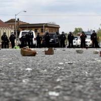 Negli scontri sono rimasti feriti almeno 15 poliziotti durante il funerale di Freddie Gray, 25enne nero morto dopo un attacco alle forze dell'ordine