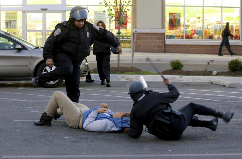 Scontri in strada tra manifestanti e poliziotti
